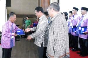 Mentan Andi Amran Sulaiman didampingi Kepala BPSDMP Kementan, Pending Dadih Permana (kanan) memberikan penghargaan kepada penyuluh pertanian teladan (Foto: B2B/Mya)